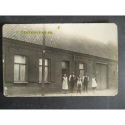 Venlo ca. 1930 - fotokaart familie voor woning