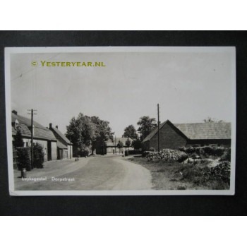 Luyksgestel 1957 - dorpstraat met melkbussen