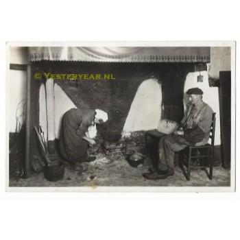 Noord Brabants Dorpsleven 1944 - echtpaar bij het vuur