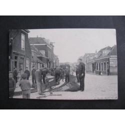 Scheveningen 1911 - maken van netten in de Westerstraat