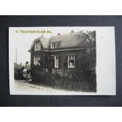 Zandvoort ca. 1930 - personen voor een woning - fotokaart