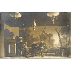 Sprundel 1914 - groepsportret militairen - fotokaart