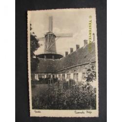 Gouda 1944 - Roomsche Hofje met molen