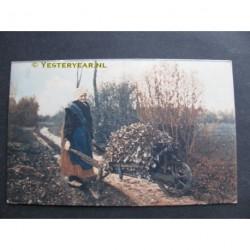 Brabantsch Dorpsleven 1917 - boerin met kruiwagen