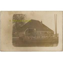 Stolpboerderij + turfschip ca. 1925 - fotokaart plaats onbekend