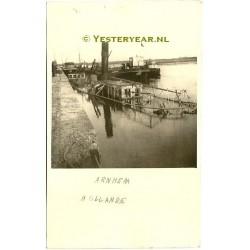 Arnhem ca. 1945 - oorlogsschade boot - haven-rivier-fotokaart